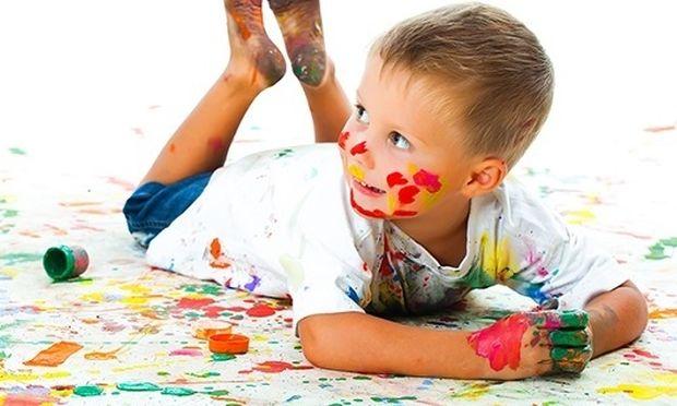 Δείτε πώς μπορούν τα παιδιά να χρησιμοποιήσουν χρώματα και κόλλα χωρίς να χρειαστεί να καθαρίσετε! (βίντεο)