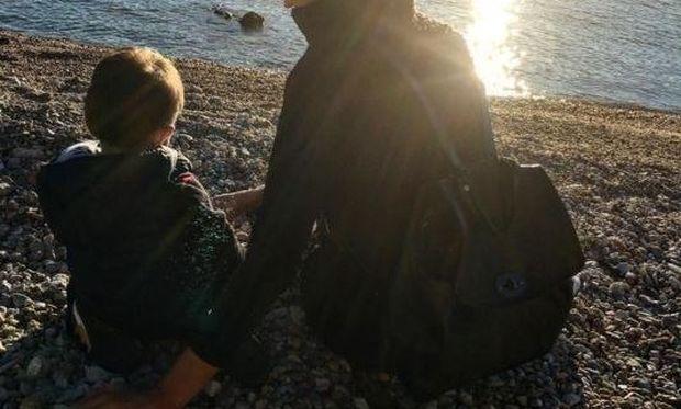 Γνωστή Ελληνίδα μανούλα, απολαμβάνει τη θάλασσα με τον γιο της