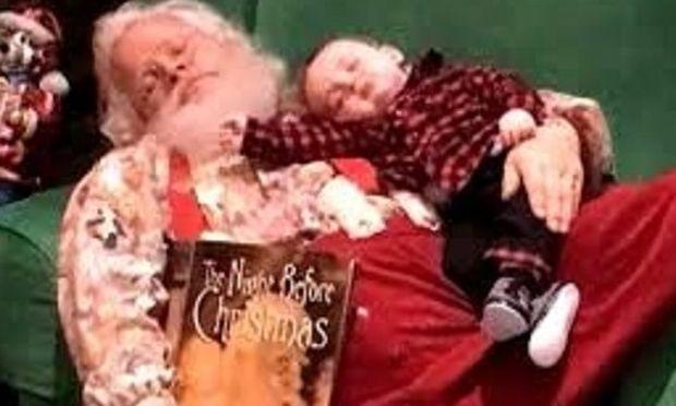 Όταν ο Αϊ Βασίλης κοιμάται αγκαλιά με ένα μωρό ! Η φωτoγραφία που έγινε rival