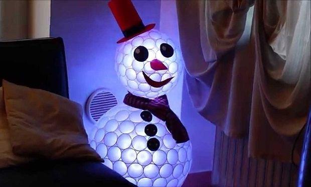 DIY: Φτιάξτε χιονάνθρωπο από πλαστικά ποτήρια (βίντεο)