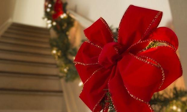 DIY: Φτιάξτε μόνες σας τον πιο όμορφο χριστουγεννιάτικο φιόγκο! (βίντεο)