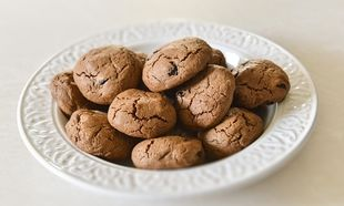 Σοκολατένια μπισκότα Χριστουγέννων με κράνα από τον Γιώργο Γεράρδο