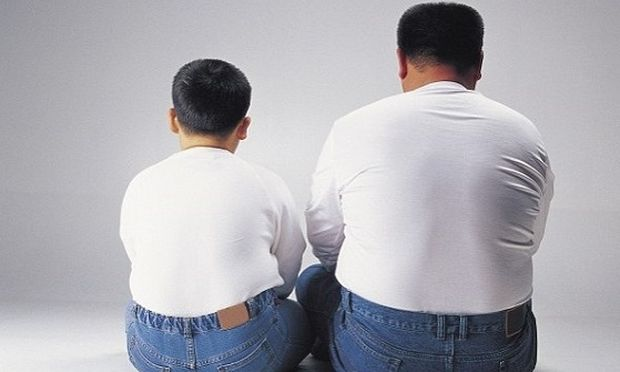 Γιατί τα παιδιά με παχύσαρκο πατέρα είναι πιο επιρρεπή στο φαγητό