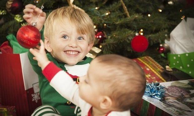 Δείτε πώς θα καταφέρετε να κρατήσετε το μικρό σας μακριά από το Χριστουγεννιάτικο δέντρο