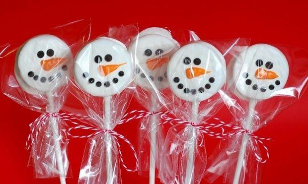 Μεταμορφώστε τα αγαπημένα σας μπισκότα σε χιονανθρωπάκια (εικόνες βήμα-βήμα)
