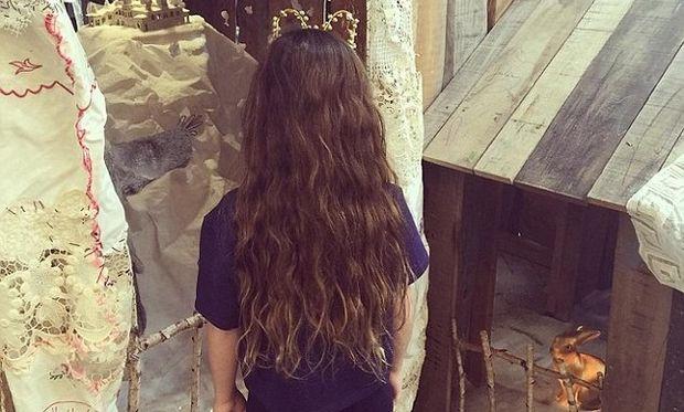 «Η κόρη μου μακραίνει τα μαλλιά της για να τα δωρήσει στα παιδιά με καρκίνο!» (εικόνα)