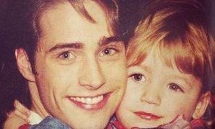 Ούτε που πάει το μυαλό σας ποια διάσημη ηθοποιός είναι το κοριτσάκι που αγκαλιάζει ο Μπράντον!