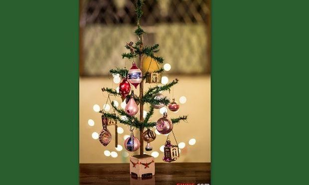 Απίστευτο: Αυτό το χριστουγεννιάτικο δέντρο στολίζεται εδώ και 95 χρόνια!