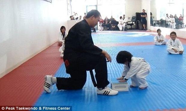 Ξεκαρδιστικό: Δείτε πώς το 3χρονο αγοράκι σπάει τη σανίδα στο μάθημα Taekwondo (βίντεο)