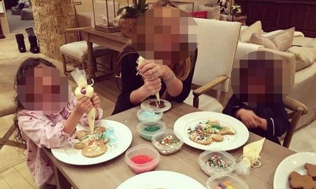 Φτιάχνει μπισκότα με τα δίδυμά της και το διασκεδάζει! (εικόνα)