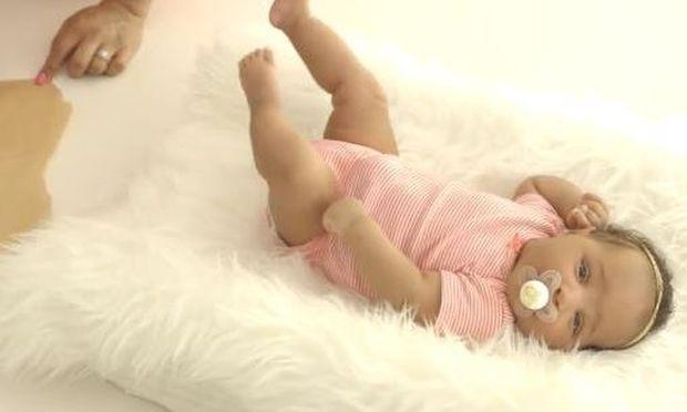 Αν είστε νέα μαμά, αυτό είναι το πιο όμορφο δώρο που μπορείτε να κάνετε στους δικούς σας (βίντεο)