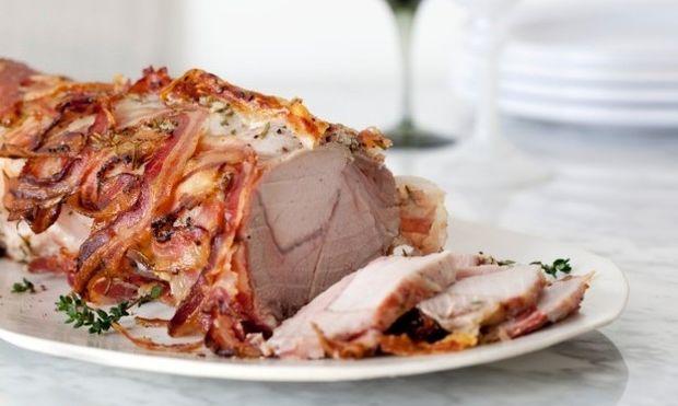Συνταγή για το γιορτινό τραπέζι: Χοιρινή πανσέτα ρολό με μπέικον
