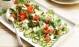 Ψητά κολοκυθάκια με σαλάτα caprese και σως ρόκας