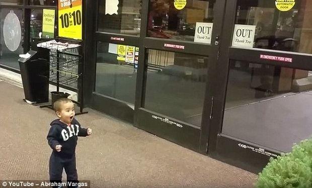 Δείτε την αντίδραση του μικρού όταν ανακαλύπτει πώς ανοίγουν οι αυτόματες πόρτες! (βίντεο)