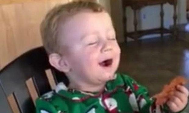 Δείτε πώς αντιδρά ο μικρός μπόμπιρας όταν δοκιμάζει για πρώτη φορά μπέικον (βίντεο)