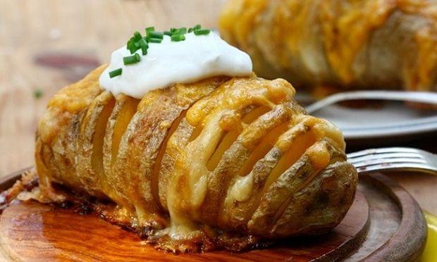 Νόστιμες ψητές γεμιστές πατάτες με τσένταρ και βούτυρο (εικόνες βήμα-βήμα)
