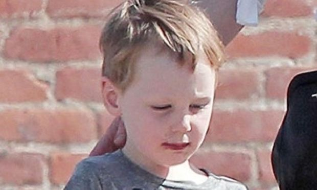 Είναι ο μικρότερος γιος γνωστής ηθοποιού και της μοιάζει πολύ. Η μητέρα του είναι η ...