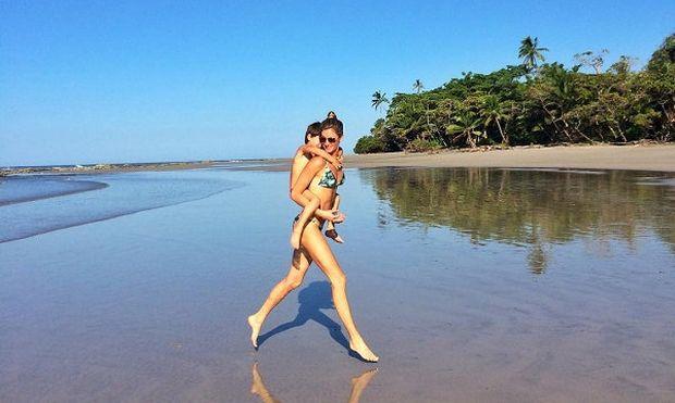 Παιχνίδια στη θάλασσα μαζί με το γιο της απολαμβάνει το γνωστό μοντέλο. Τo αναγνωρίζετε;