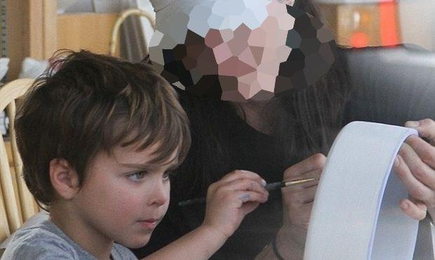 Γνωστή ηθοποιός ζωγραφίζει παρέα με το γιο της και το απολαμβάνει (φωτό)