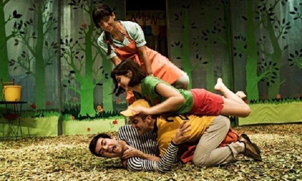 """Όλοι διαφορετικοί όλοι ίδιοι: κριτική για την παράσταση """"Μια γιορτή στου Νουριάν"""" από τη Φοίβη Λέκκα"""