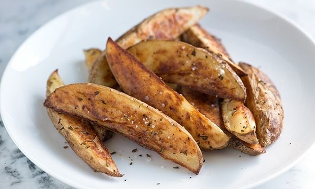 Τραγανές πατάτες με τη φλούδα τους στο φούρνο (εικόνες βήμα-βήμα)