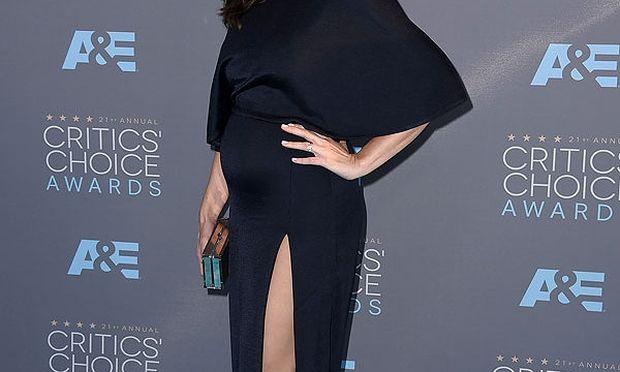 Η πρώτη της δημόσια εμφάνιση με φουσκωμένη κοιλίτσα μετά την ανακοίνωση της εγκυμοσύνης της (εικόνες)