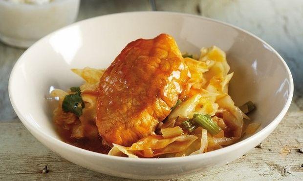 Χοιρινό κοκκινιστό με λάχανo και φέτα