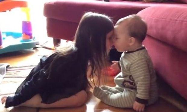 Αξιολάτρευτο: Δείτε πώς το μωρό προσπαθεί να αγκαλιάσει την μεγαλύτερη αδερφούλα του!  (βίντεο)