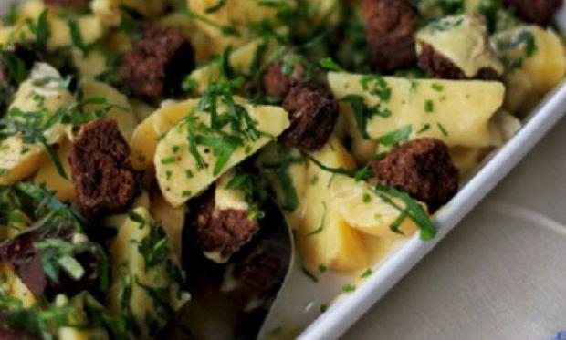 Ζεστή πατατοσαλάτα με κρεμώδη σάλτσα και κρουτόν