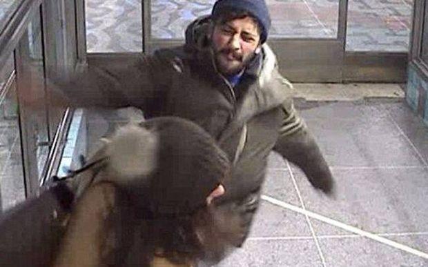 Σουηδία: Κλέφτης χτυπά αλύπητα γυναίκα που τον «ξεσκεπάζει» (video)