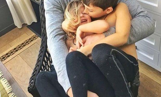 Η αγκαλιά του χωρά και τα δυο παιδιά του, με τη διάσημη μαμά να σχολιάζει: «Πολλή αγάπη»