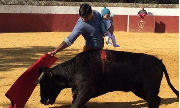 Ισπανός ταυρομάχος προπονείται στην αρένα με την κόρη του στην αγκαλιά-Σφοδρές οι αντιδράσεις