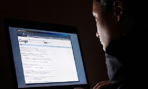 Υπέκλεπτε φωτογραφίες από νεαρές γυναίκες μέσω διαδικτύου και τώρα αναζητείται από την αστυνομία