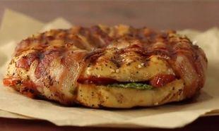 Αυτό είναι το πιο νόστιμο, τυλιχτό με μπέικον, σάντουιτς (βίντεο)