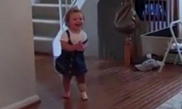 Μοναδικό βίντεο: Κοριτσάκι κάνει τα πρώτα του βήματα με το νέο του προσθετικό πόδι!
