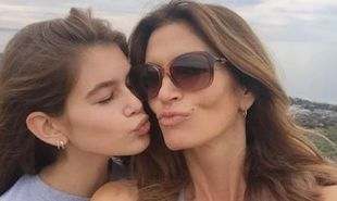 Η κόρη πιο όμορφη από τη μαμά! Δείτε φωτογραφίες από την πρώτη καμπάνια της κόρης της Cindy Crawford