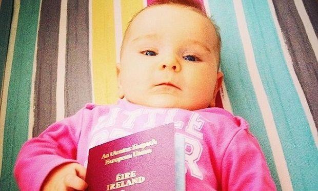 Είναι μόλις ενός έτους και έχει ταξιδέψει ήδη σε έξι χώρες σε 10 μήνες! (βίντεο)