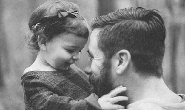 «Ξέρω πολλούς μπαμπάδες που είναι καλύτεροι από τις μαμάδες», γράφει ο Νίκος Συρίγος