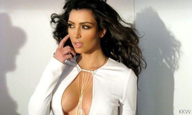 Αυτό είναι το μυστικό της Kim Kardashian για στητό στήθος. Το μόνο που χρειάζεστε είναι μια χαρτοταινία!