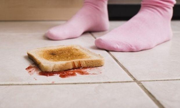 Μπορεί ένα παιδί να φάει κάτι που έπεσε στο πάτωμα;