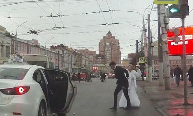 Νύφη σε έξαλλη κατάσταση εγκαταλείπει το γαμπρό λίγο μετά το γάμο! (βίντεο)