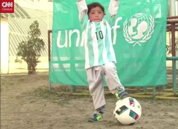 Ένα ανεκτίμητο δώρο από τον Λιονέλ Μέσι στο Aφγανόπουλο με τη φανέλα – σακούλα