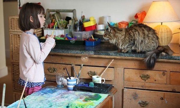 Αυτό το 6χρονο κοριτσάκι με αυτισμό ζωγραφίζει συναρπαστικούς πίνακες. Έχει αποκτήσει έναν και η Angelina Jolie