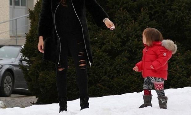 Παιχνίδια στο χιόνι για τη διάσημη μαμά και την 2 ετών κόρη της (φωτό)