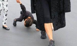 Η κόρη της έπεσε με το κεφάλι στην άσφαλτο και η διάσημη μαμά δεν κατάλαβε τίποτε! (εικόνες)