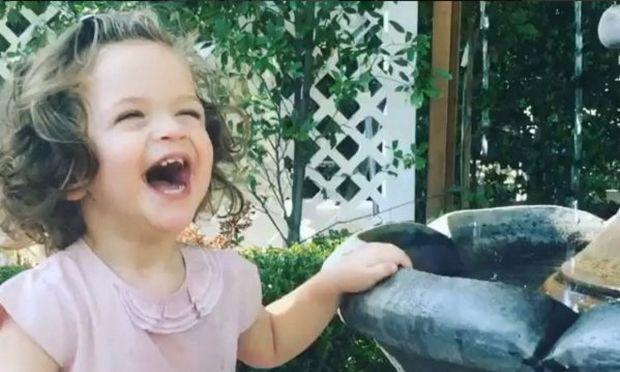 Η κόρη γνωστής ηθοποιού κάνει ζαβολιά και το απολαμβάνει (βίντεο)