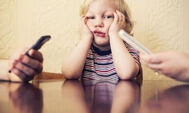 """Αποτέλεσμα εικόνας για """"Αφήστε τα κινητά"""". Δεν το λένε οι γονείς αλλά τα παιδιά"""