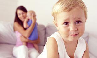 Αδελφική ζήλια: Όταν το πρώτο ζηλεύει το δεύτερο. Τι μπορούν να κάνουν οι γονείς;