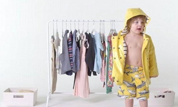 Απολαυστικό: Παιδιά επιχειρούν να ντυθούν μόνα τους για πρώτη φορά (βίντεο)
