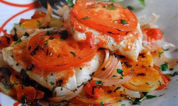 Μπακαλιάρος πλακί με ντοματούλες και πατάτες στο φούρνο!